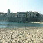 Strand am Hafen und Altstadt von Antibes