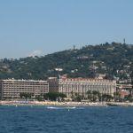 Blick auf Cannes vom Meer