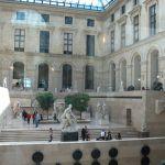 Lichthof mit Treppe im Louvre